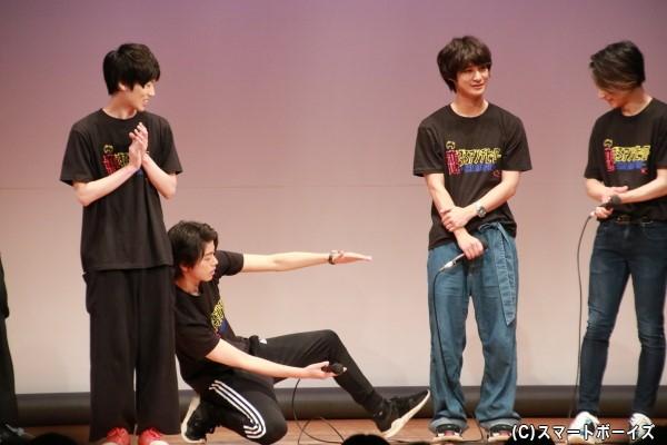 高橋さんに脚の長さをいじられる高崎さん
