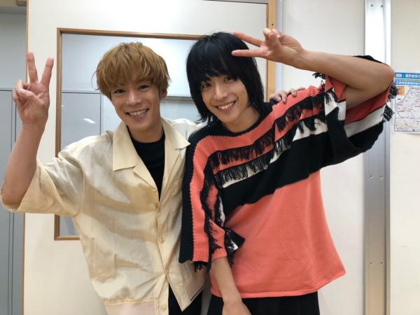 舞台「黒子のバスケ」では、黒子テツヤを演じた小野賢章さんと、黄瀬涼太役を演じた黒羽さんの、スペシャルな2ショット♪