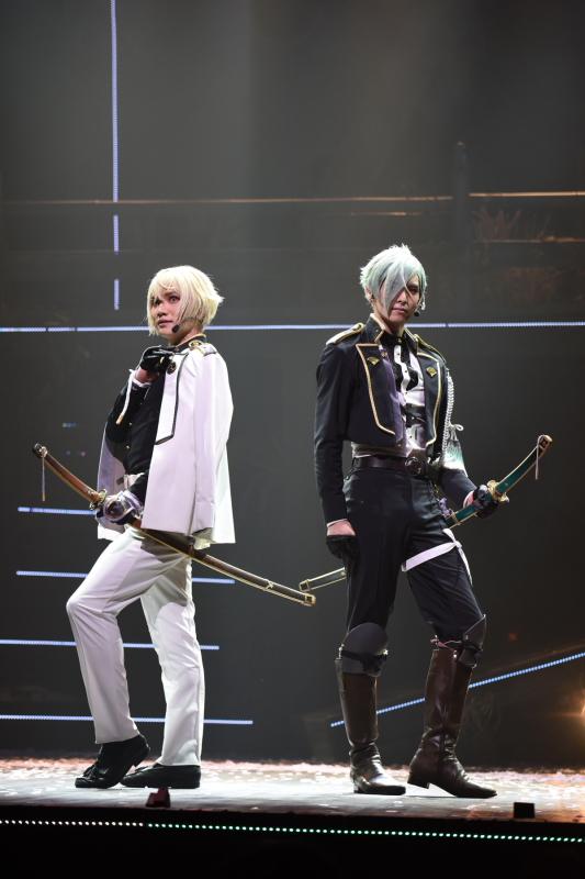 (左から)髭切役 三浦宏規さん、膝丸役 高野 洸さん