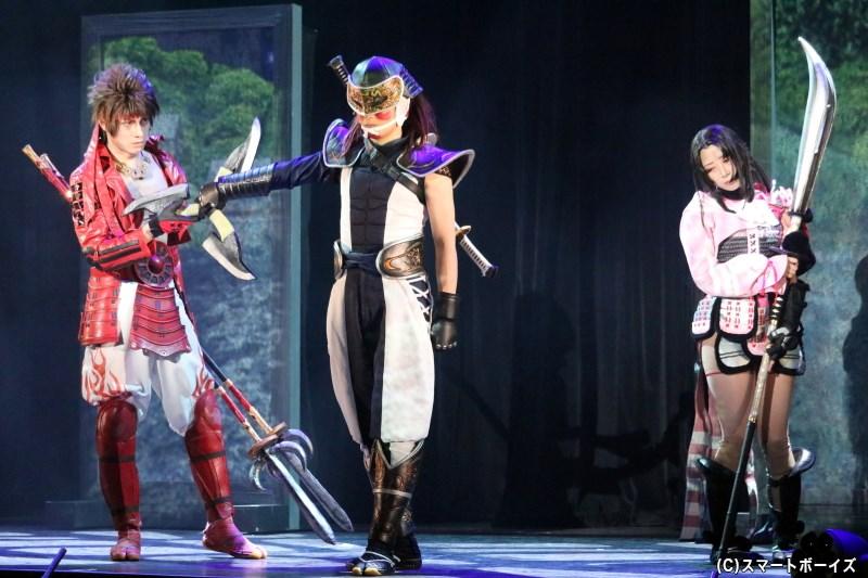 風魔小太郎役の前田慎治さん(中央)、お市役の高柳明音さん(右端)