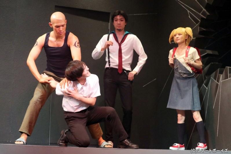 拷問師のホセ・マルティネス(左端・新井將さん)、復讐屋のジロー(中央・鵜飼主水さん)とミサキ(右端・星守紗凪さん)