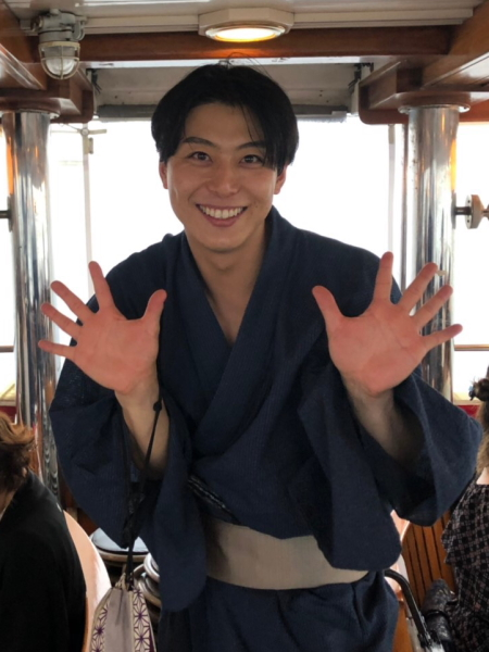 船上ではしゃぐ上田悠介さん