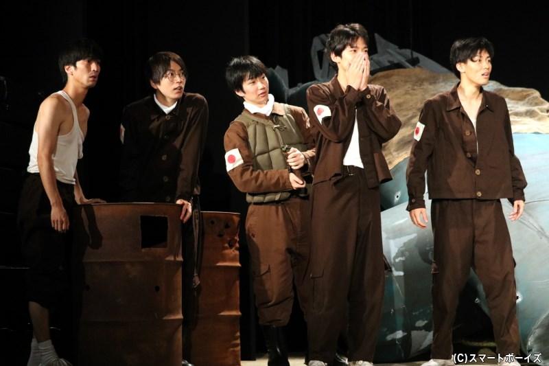 尾有役の宮田龍平さん(右から2番目)