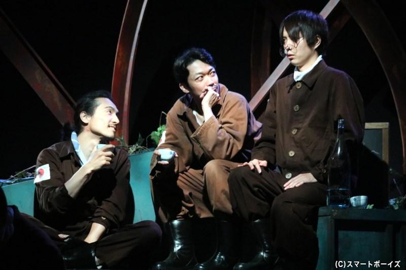 出戻役の唐橋 充さん(左)、石田役の津村知与支さん(中央)
