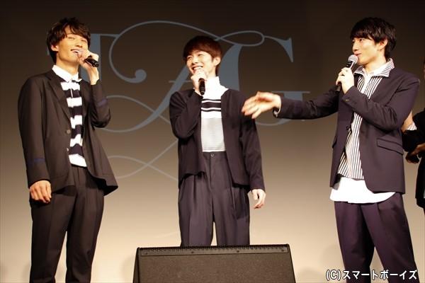 赤澤さん(右)にケンカ話を明かされてしまう佐藤さん()真ん中)と堀田さん(左)