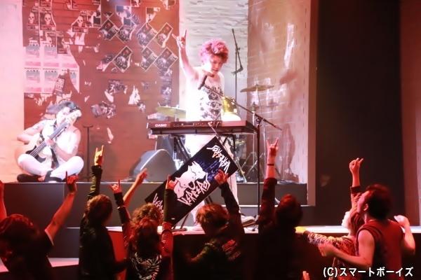 前崎はバンド「ケルベロス」のボーカル&キーボードを担当しトップを目指す