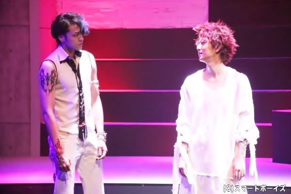 稲垣成弥さん演じる萩田(左)は、前崎と同じバンドメンバーでベースを担当