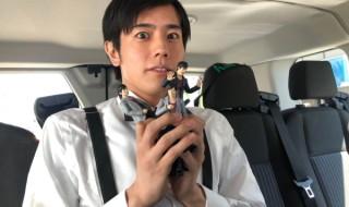 """""""檀 黎斗""""フィギュアを手にハリウッドスターへのインタビューに挑んだ岩永徹也さん"""