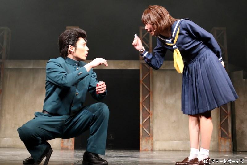幽助の幼馴染・雪村螢子(右・未来さん)は、幽助の運命に大きく関わることに