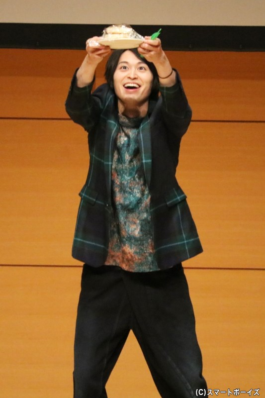 宝箱のパンケーキを手に入れ、勝者の高本さんはこの喜びぶり!!