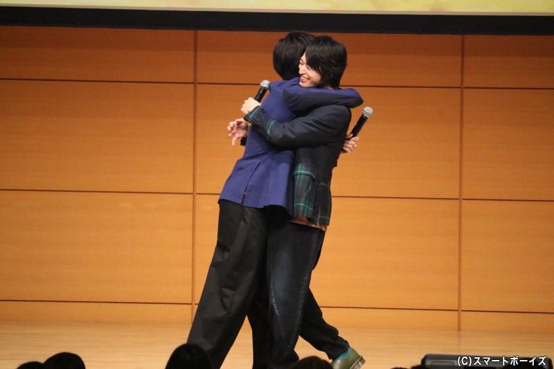 歌い終えると、感動の抱擁!! 仲良しぶりが伝わる、温かいイベントになりました