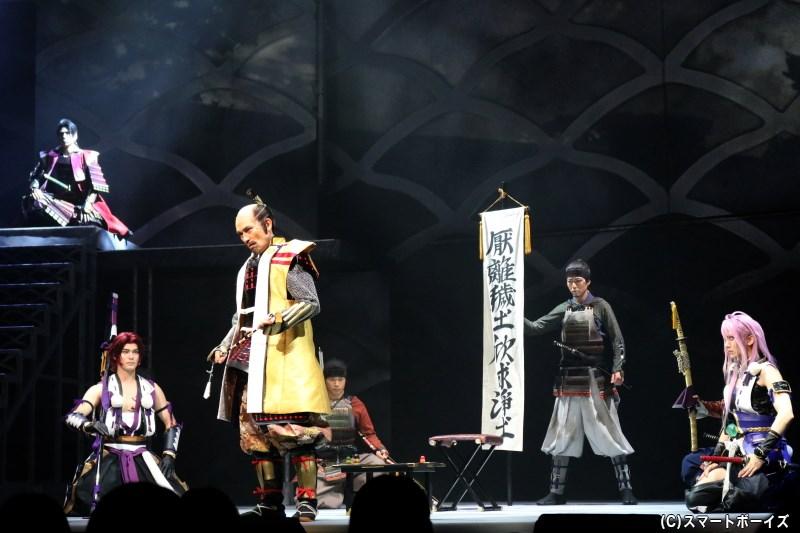 千子村正と蜻蛉切は、徳川家康(手前・鷲尾 昇さん)の元で任務を続けており……