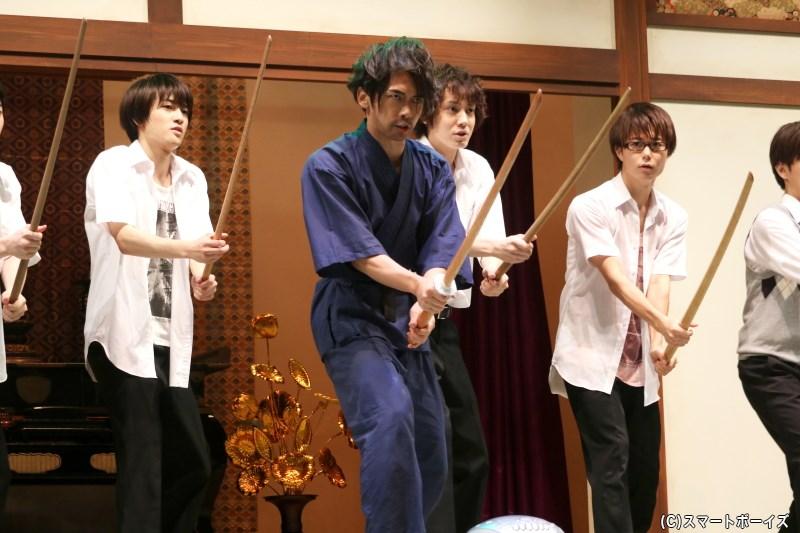 彼らはある目的から、洸史郎(中央・及川 洸さん)の指導で殺陣に挑むことに!