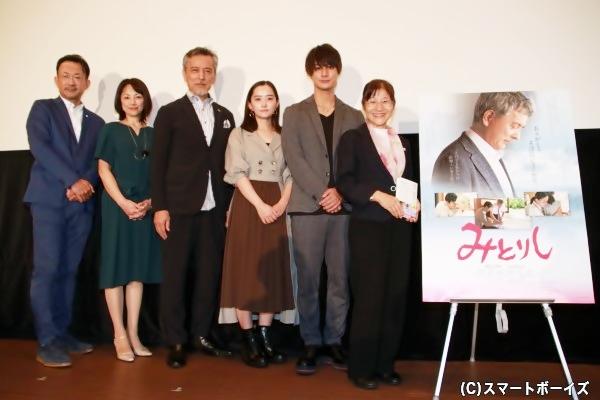 (左より)白羽弥仁監督、櫻井淳子さん、榎木孝明さん、村上穂乃佳さん、高崎翔太さん、柴田久美子さん
