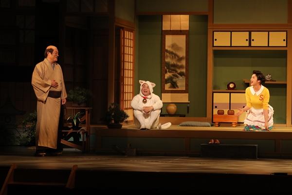 舞台「サザエさん」左から松平健、酒井敏也、藤原紀香