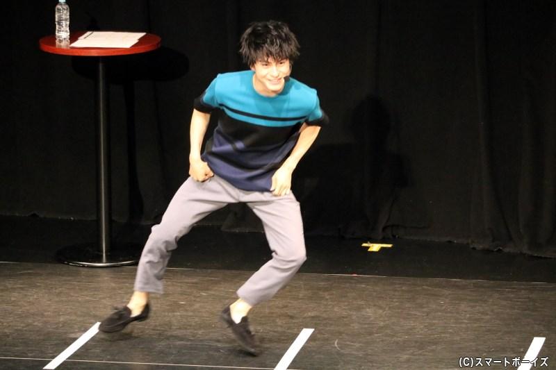 全力で反復横跳びをしながら、自ら実況トークも続ける松村さん(笑)