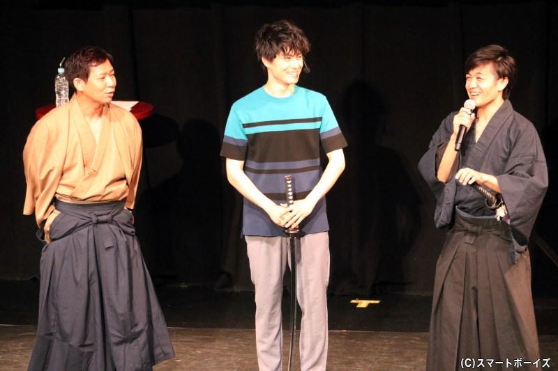 殺陣コーナーのゲスト、30-DELUXの谷口敏也さん(左端)と泉紫太朗さん(右端)