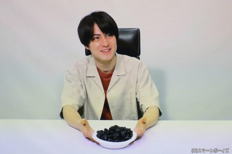 映像コーナーでは、干しプルーンを前にフリーズ状態の松村さんが登場