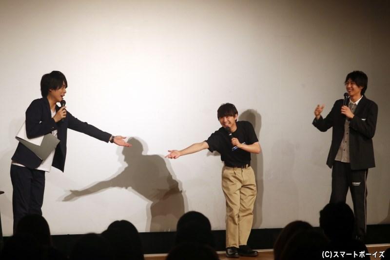 話に夢中になった小坂さんの身振り手振りを2人がマネした、謎のポーズがこちら