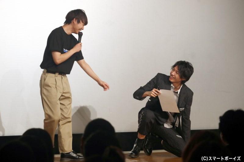 須賀さんとのトークに笑いすぎて、たびたび床に座り込んでしまう小坂さん(笑)