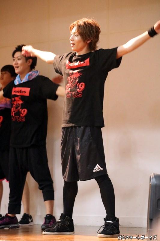 まずはラジオ体操で準備運動! ファンの皆さんもしっかりと踊ります