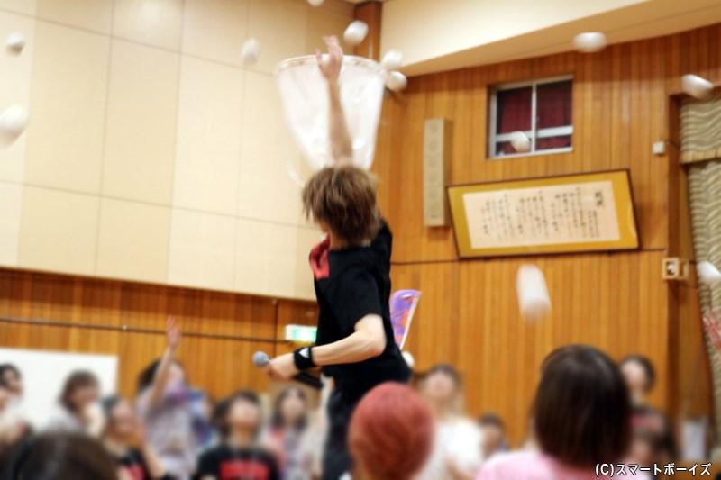 次々と飛んでくる玉を、バレーで鍛えたジャンプ力で叩き落とす新たな競技に(笑)
