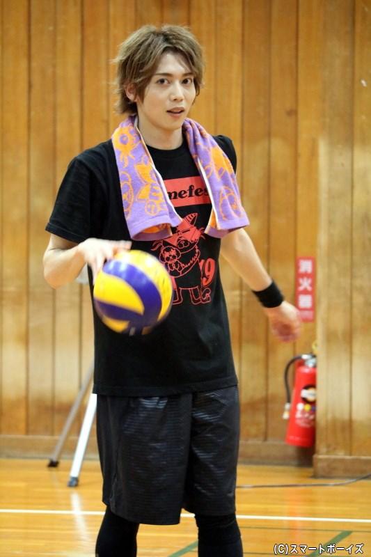学生時代はバレーボール部で活躍した染谷さん、ボールを手に取ると本気モード