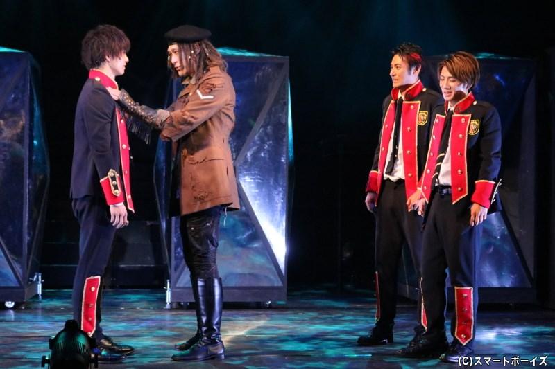 ルカは学園に潜み、亡霊の売店を営むマークツー(左から2番目・和泉宗兵さん)と出会う