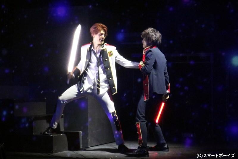 ルカとアイコの対決では、力強い殺陣とともに光と映像を駆使した演出にも注目!