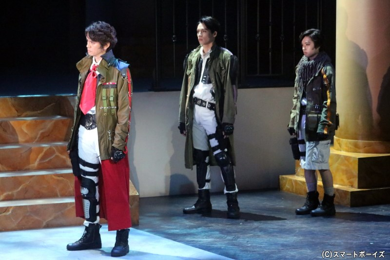 園 之人役の村上幸平さん(左端)