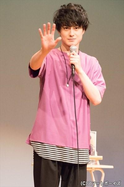 カメラの存在に気づいた松村さんがお手振り