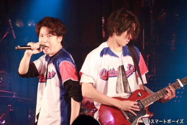 ライブでは伊勢さんによるギター演奏も