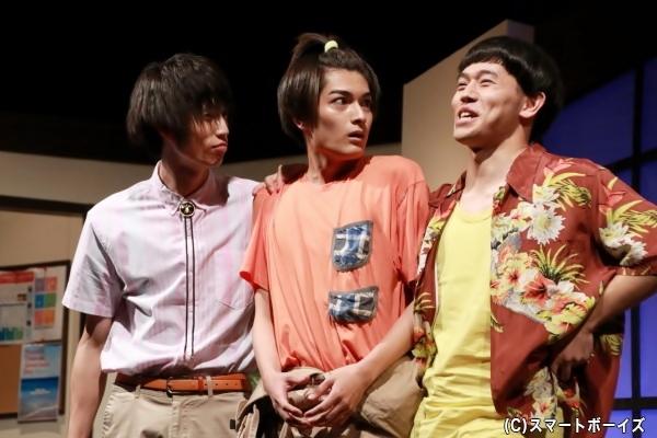 (中央)管理人の孫・榊淳史役の水田達貴さん (右)2年通学生・宮野優平役の山形匠さん