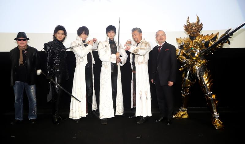 (左から)雨宮慶太監督、松田悟志、小西遼生、中山麻聖、渡辺裕之、螢雪次朗、黄金騎士ガロ
