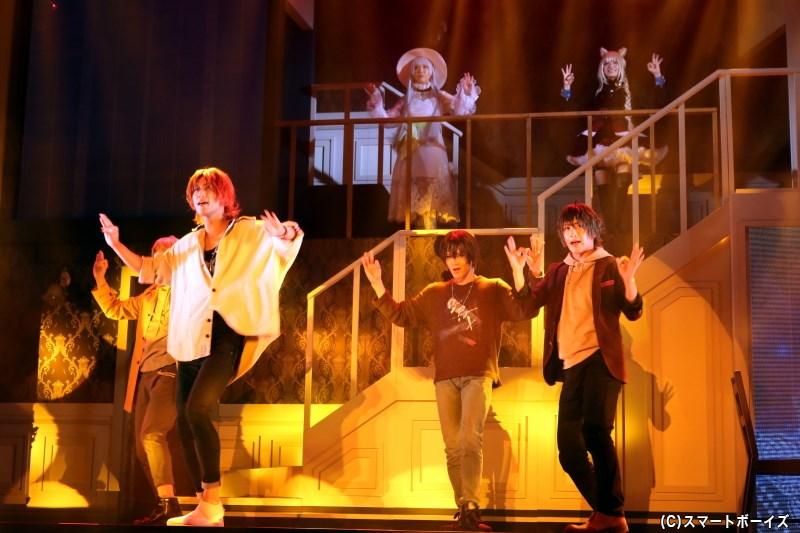 芝居パートの中でも、彼らのパフォーマンスが見られる場面も!