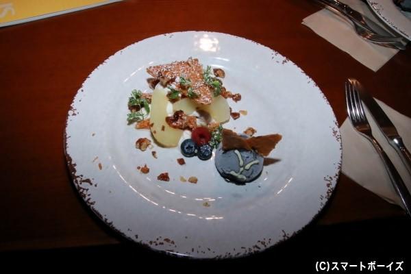 会場では物語に登場する食事やスイーツなどが味わえます! 写真はコラボデザートの「キツネ色のナッツと洋ナシのミミルフィーユ ハイイロキツネのアイスクリーム」
