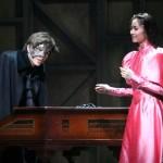 オペラ座で雇われたクリスティーヌは、仮面の男・エリック(城田 優さん)からレッスンを受けることに