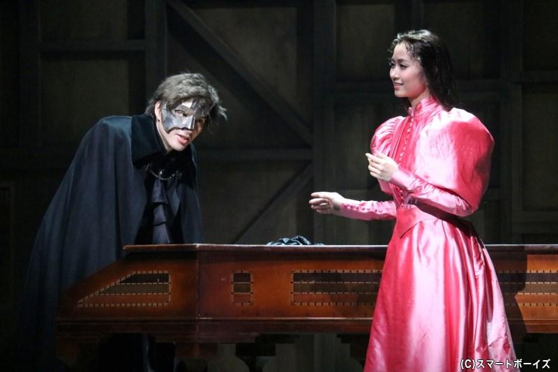 オペラ座で雇われたクリスティーヌは、仮面の男・エリック(城田 優さん)からレッスンを受ける