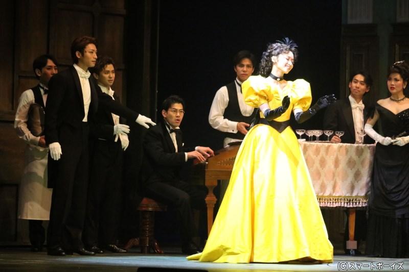 シャンドン伯爵のパーティーに現れたクリスティーヌは、その歌声で周囲を驚かせることに