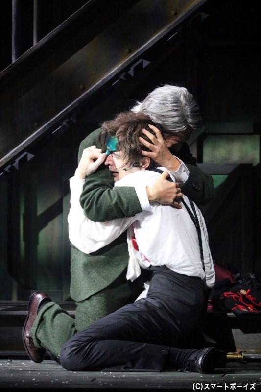 オペラ座を揺るがす事件の中、エリックとキャリエールも心を通わせていく