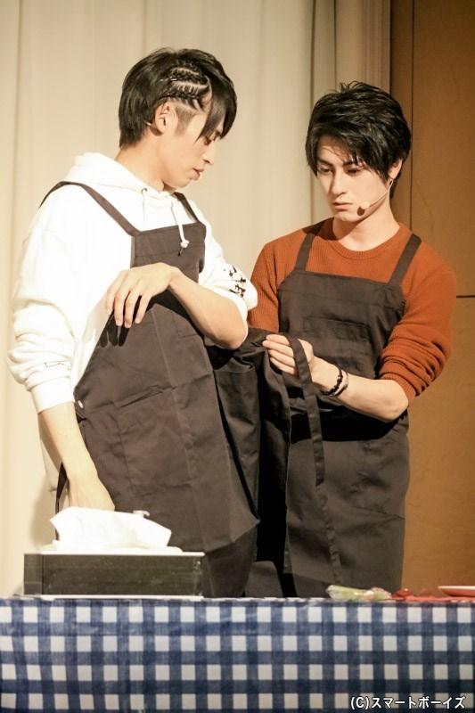 ホットケーキ作りに挑戦! 高本さんにエプロンを着せてあげる松村さん