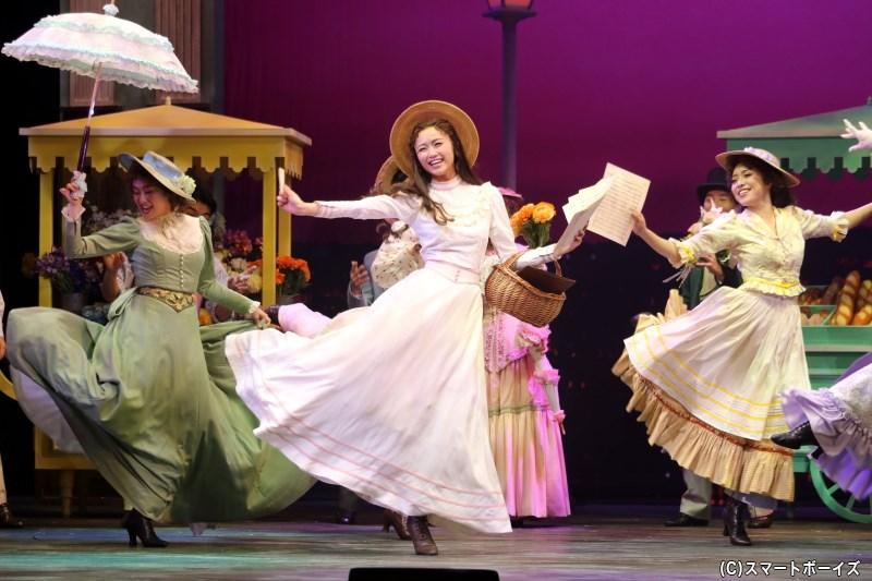 パリの街角で、美しい歌声を響かせていたクリスティーヌ・ダーエ(木下晴香さん)