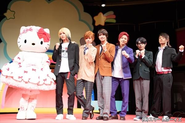 (左より)ハローキティ、梅津瑞樹さん、世古口凌さん、北川尚弥さん、北乃颯希さん、大崎捺希さん、武子直輝さん