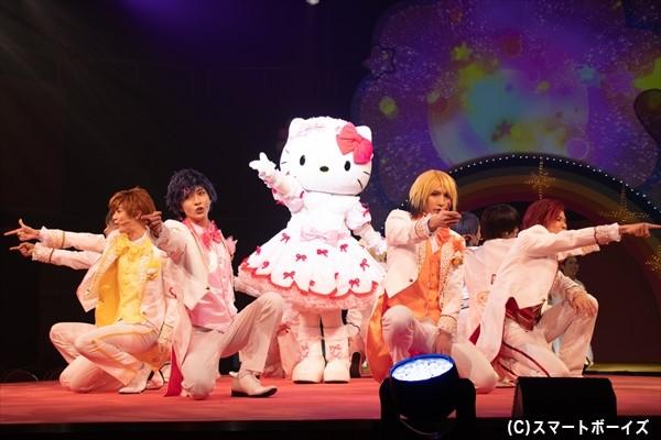 毎公演ハローキティが登場してステージを盛り上げてくれます!
