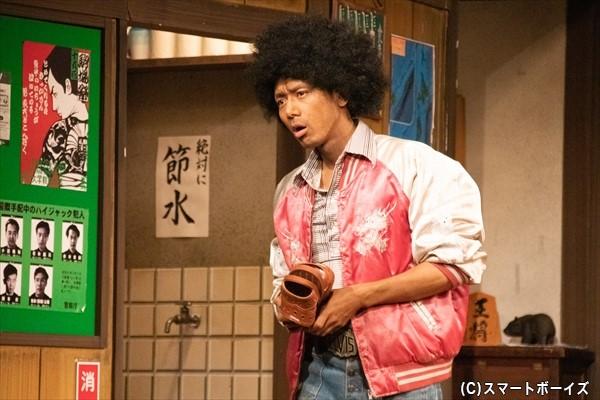 内藤ヨージ(富田さん)はアメリカ人とのハーフで、独特の訛りがチャームポイント!