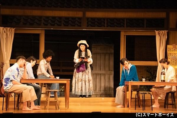 兼子(川村さん)が読み上げる自作の詩集に、笑いをこらえるキャスト陣……!