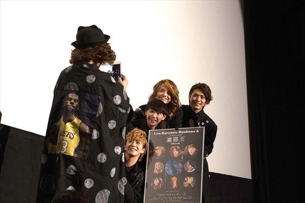 終盤の撮影タイムでは、広田(写真左)自らが壇上で4人を撮影する場面も。