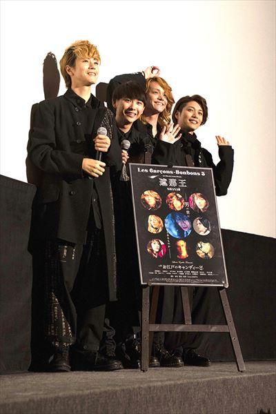 観客の声に応え笑顔を見せる4人。