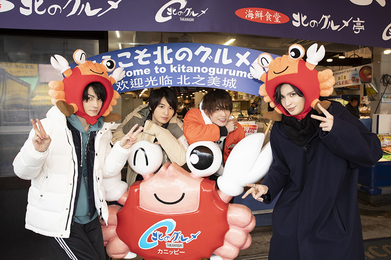松村さん&小波津さんがカニ姿を披露した、場外市場での記念写真がコチラ