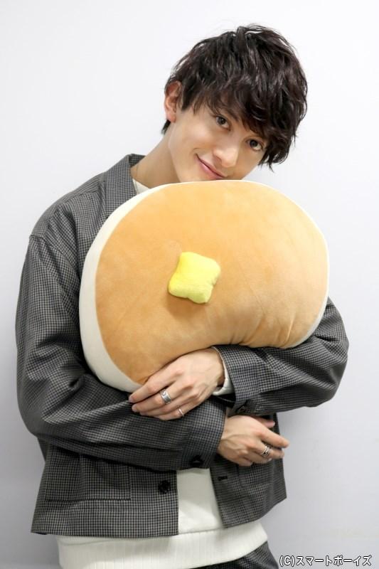 パンケーキを抱きしめて、幸せいっぱいな一日に!